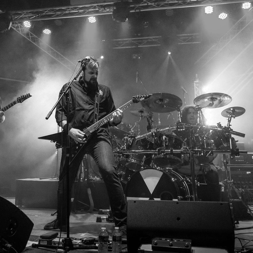 Sébastien presentation picture playing a guitter in a rock band